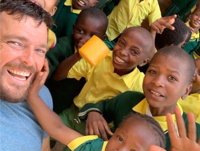 Kurt Fearnley with kids from the Ruben Centre, Nairobi (photo: Insta/@kurtfearnleyinsta)