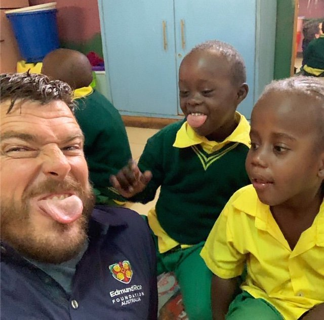 Kurt Fearnley meeting the gorgeous kids at the Ruben Centre, Nairobi (Photo: Insta/@kurtfearnleyinsta)