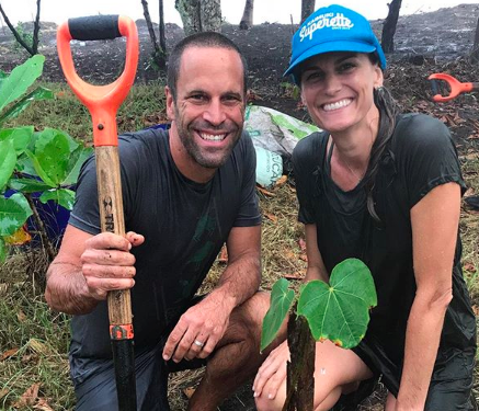 Jack Johnson plants a tree in Costa Rica with a team of volunteers from Costas Verdes. (Photo: @jackjohnson/Instagram)