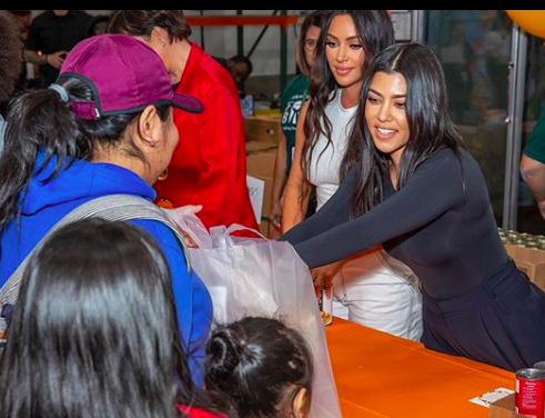 Kourtney Kardashian and Kim Kardashian handing out Thanksgiving meals in Los Angeles (Photo: @KrisJenner/Instagram)