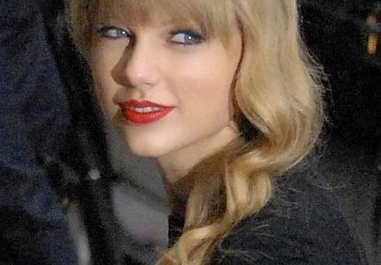 Taylor Swift helps out fans during coronavirus crisis. Photos bby Scott MecumUploaded by MyCanon / CC BY (https://creativecommons.org/licenses/by/2.0)