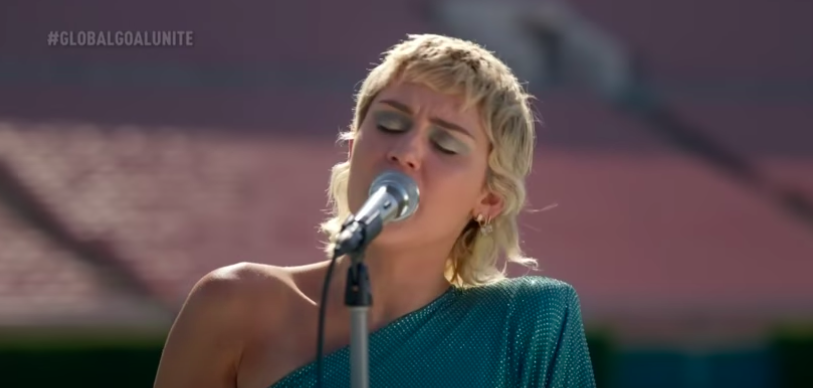 """Miley Cyrus performs at the Global Citizen """"United for Our Future"""" concert. (Photo: @GlobalCitizen/YouTube)"""