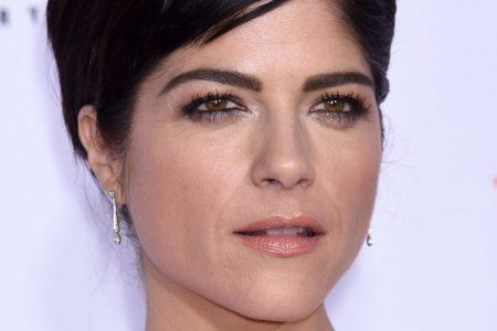 Selma Blair has short dark hair, attends a red carpet event.